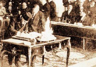 10 Αυγούστου 1920. Τούρκος διπλωμάτης υπογράφει τη Συνθήκη των Σεβρών (φωτογραφία του Εθνικού Ιστορικού Αρχείου, «Ιστορία της Ελλάδας του 20ού αιώνα»)