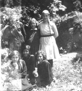 Εκδρομή στα Μπουτσουνάρια, Μαίος 1930, στην μέση όρθια Μαρία Παπανικολάου