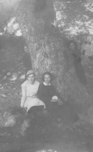 Εκδρομή στα Μπουτσουνάρια, Μαρία Παπανικολάου ( δεξιά) και ...Κανταράκη,1930