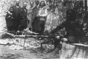 Πάσχα στα Χανιά, Ψήσιμο αρνιών , όρθια δεξιά Μαρία Παπανικολάου